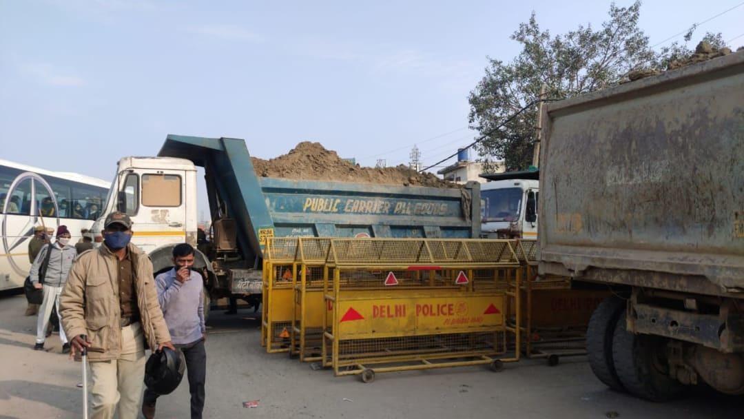 किसानों के ट्रैक्टर रोकने के लिए दिल्ली पुलिस ने बॉर्डर पर खड़े किए रेत से  लदे ट्रक